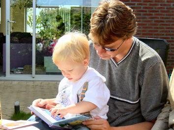 oka_z_otrokom_bere_knjigo