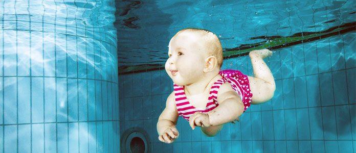 Dojenček in plavanje v bazenu.