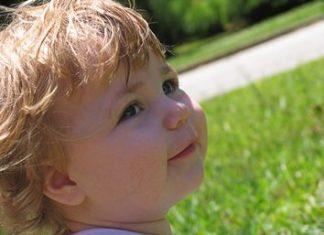 Otrok na travi