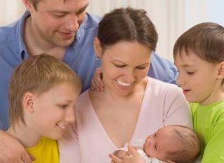 Družina z novorojenčkom