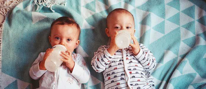 Dvojčka pijeta mleko