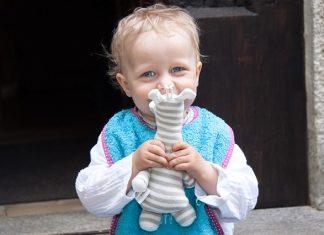 Otrok z igračo