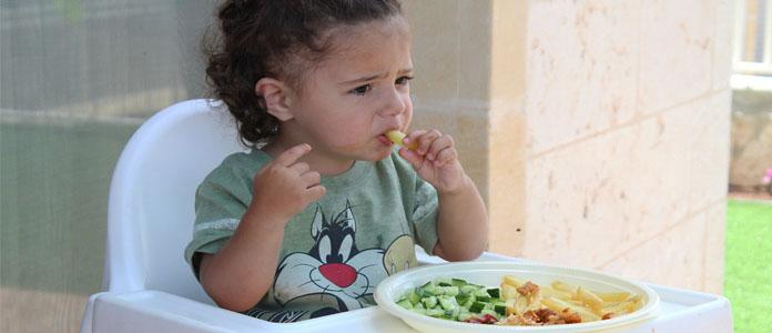 Kako dojenčka navaditi na žvečenje trde hrane